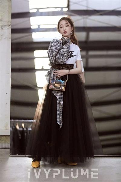 黑白搭扣高跟鞋,清新又富有设计感.图片