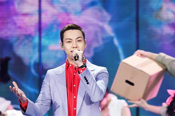 陈伟霆连续三年登春晚 与成龙、邓伦共同演绎《我奋斗 我幸福》