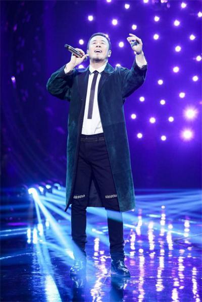 杨坤动情演唱《长子》成三冠王 被誉为本季《歌手》最佳