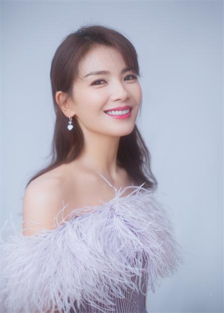 刘涛亮相央视中秋晚会 香芋紫羽毛裙优雅大气