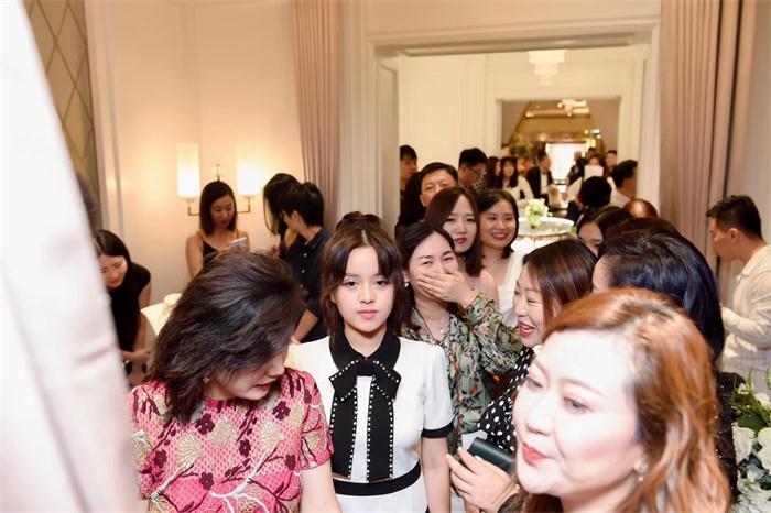 陈涵林受邀出席庆典少女力MAX  与韩庚同框笑容甜美