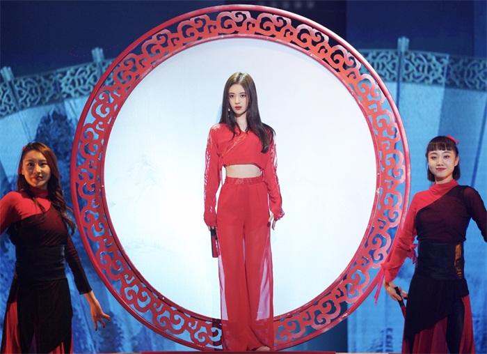 鞠婧祎红衣扇舞登台 国风佳人引爆热搜